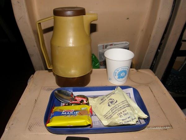Imagini India: mic dejun in tren.JPG