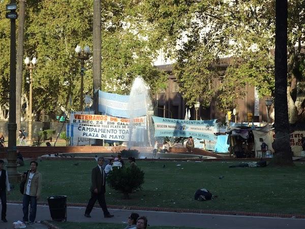 Obiective turistice Argentina: manifestatiile in plaza de Mayo sunt frecvente.JPG
