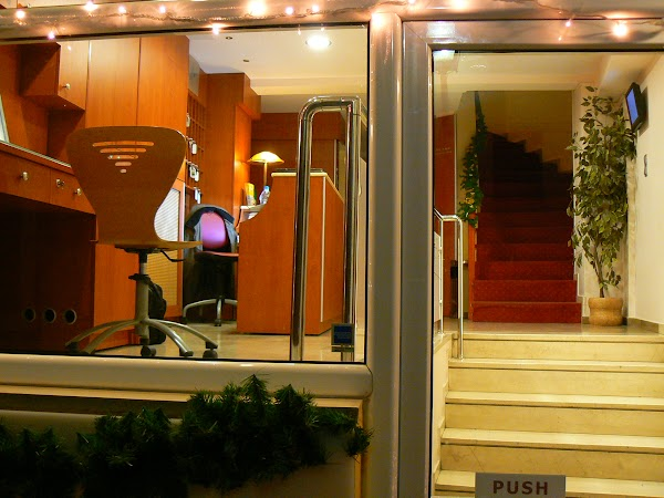 Imagini Grecia: intrarea in hotel Adonis Atena