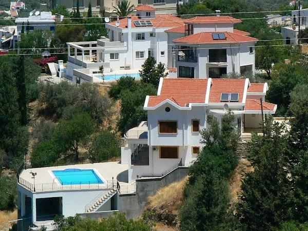 Obiective turistice Cipru de Nord: vile in Bellapais.JPG