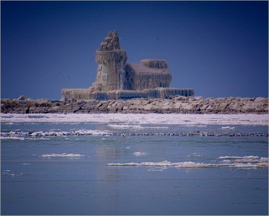 lighthouse-covered-in-ice-palace-cleveland-lake-erie-dark450