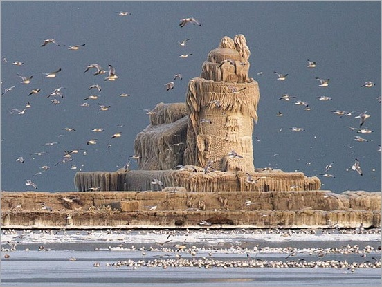 lighthouse-covered-in-ice-palace-cleveland-lake-erie-dark451