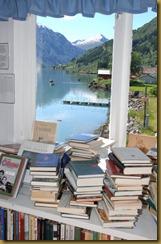 Utsikt frå Straumsvågs antikvariat, Den norske bokbyen i Fjærland. (Foto: Trond J. Hansen, hentet fra bokbyen.no)