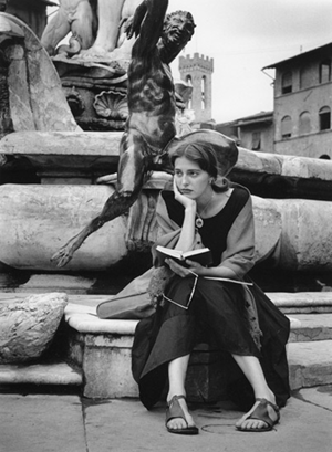 ruth orkin - sitting at statue