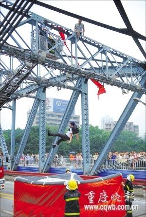 Chen Fuchao Pushed Off Haizhu Bridge Picture 4