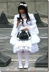 Aqui temos uma shiro lolita:só vestem-se de branco. podemos perceber o quão normal isso é no Japão.