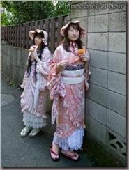 É nostalgicamente lindo as roupas misturas de Lolita com acessorios e roupas tipicas japonesas