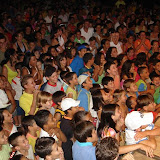 adultos e crianças encantadas com a estratégia da pregação da Palavra.JPG