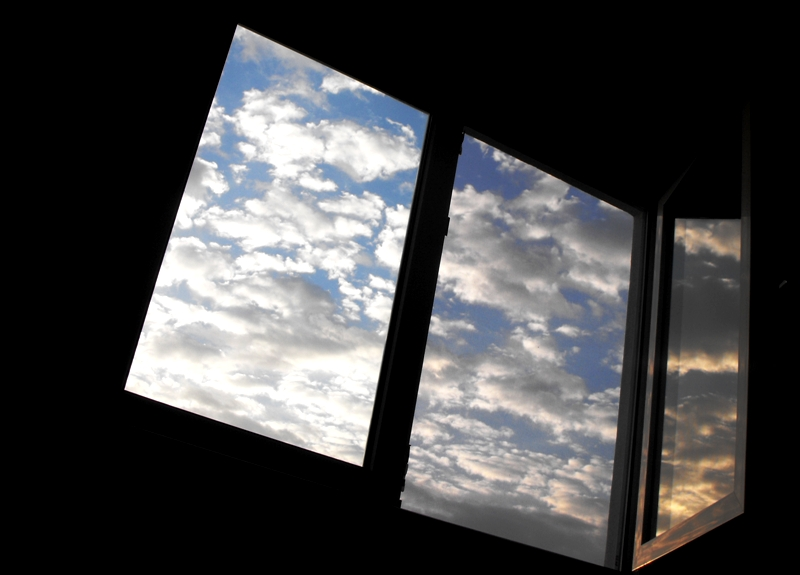 acasa. dimineţi cu ferestre deschise. rasarit de soare si nori