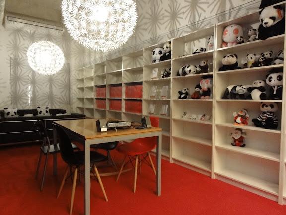 赤スタジオ(ロビー)は、大きな花模様の照明と、世界中から集めたパンダグッズが展示されています。