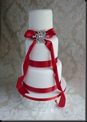 3-Tier-Tall-wedding-cake-with-Brooche