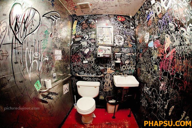 Creepy_and_Funny_Bathroom_Design__11.jpg