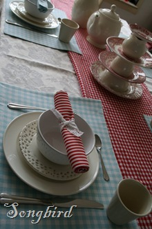 red white tablescape3