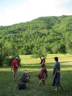tánc a domboldalban