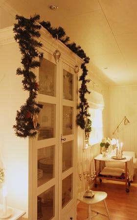 julepynt på vitrinskapet1