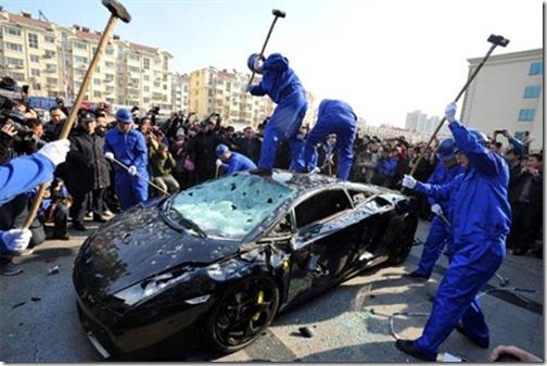 Chineses destroem Lamborghini Gallardo em protesto