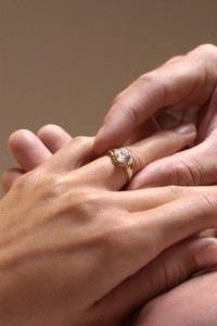 Tại sao người ta lại đeo nhẫn ngón áp út ?