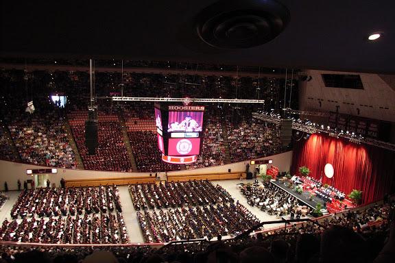 这是体育馆内大致状况:只能看到对面和中央区域。此时四面显示的大屏幕上看到的是IU的校长正在发表讲话。