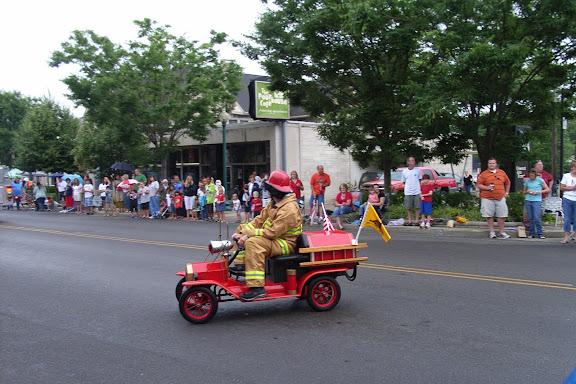 后面跟着的就是各行各业的车队了。警察的、消防的、救护的、应急处理的……一个挨着一个。轻松搞笑的特点美国人是不会忘记的。看看着Mini消防车……