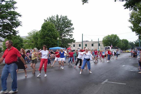 在哆来咪的音乐声中,观看的人们也加入翩翩起舞的行列当中……