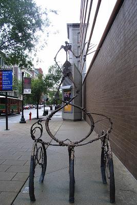 知道这是什么吗?——自行车存车架。在表演艺术中心外面的物件当然也要表现得与众不同。