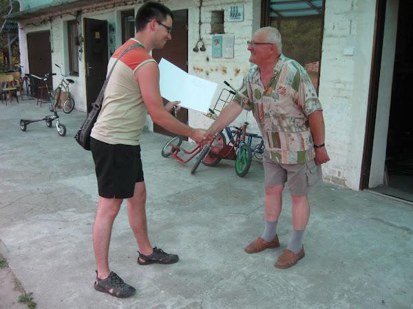 muzeum rowerów gołąb - pamiątkowe  zdjęcie z kustoszem