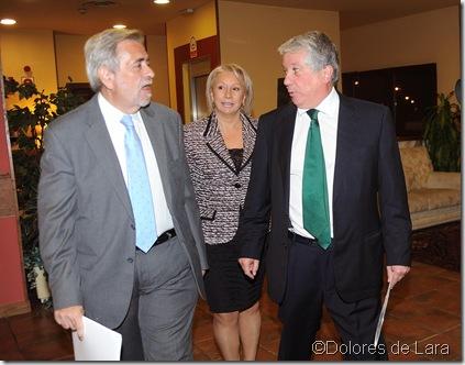 La Presidenta de FEDESSO, Pilar Zamora, entre Antonio Beteta y Arturo Fernández