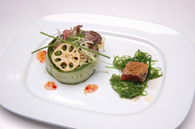 01-2010 - Ossenhaas salade en lotuswortel met zoete chilisaus, Softkrab met wakami salade 牛肉 沙律.JPG