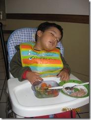 081128 Fri Me quede dormido comiendo (3)