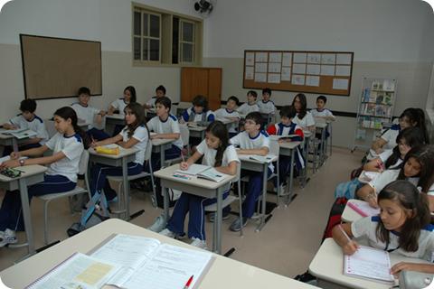 Estudantes uniformizados