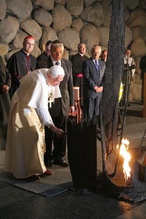 El Papa Benedicto XVI aviva la Llama Eterna en la Sala del Recuerdo - Yad Vashem