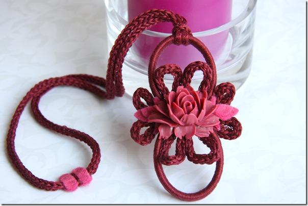 ciondolino con rosa cardinale-3