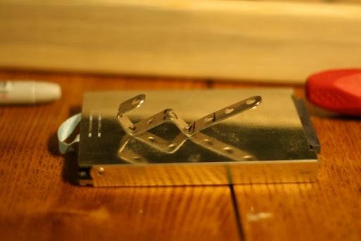 Из тех же деталей делаем скобы, к которым привяжется веревка, на случай, если рамку захочется повесить на стену.