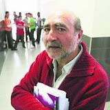 EL PROFESOR DE RELIGION, JOSE, EN EL PASILLO DEL INSTITUTO DE BILBAO DONDE DA CLASES. 26-3-09. FOTO: MAIKA SALGUERO