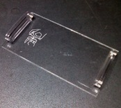 iPod nanoを固定しているプラ板
