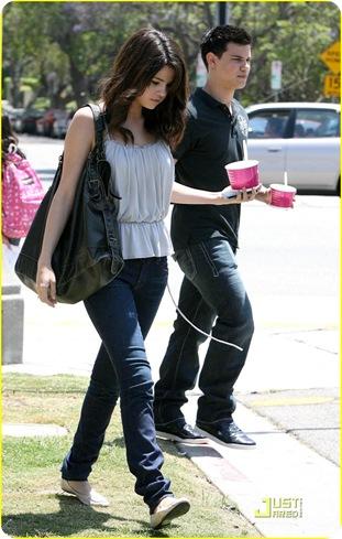 Selena Gomez Casual Outfits on Selena Gomez Casual Dresses