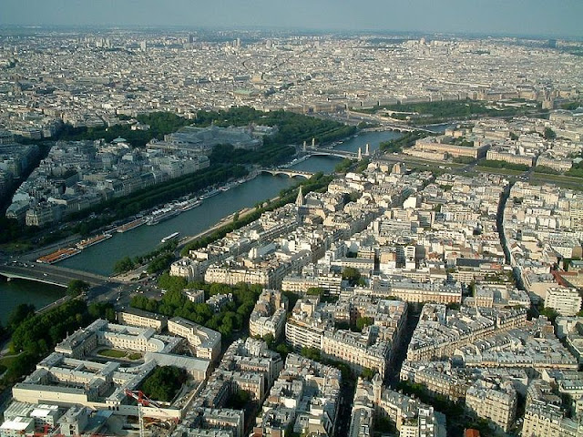The_Seine_from_the_Eiffel_Tower.jpg