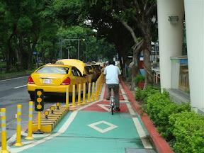 bikeway3-3慢車道分隔(台北市敦化南北路)
