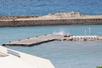 Sous la pression de l'eau,  l'air est expulsé de sous le quai en geiser