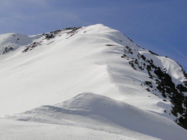 después de un pequeño descenso, esto queda para el pico estós