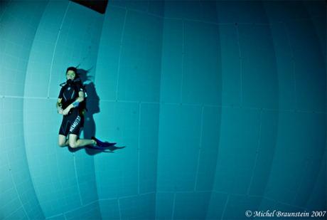 diver inside pool - غواص يسبح في المسبح