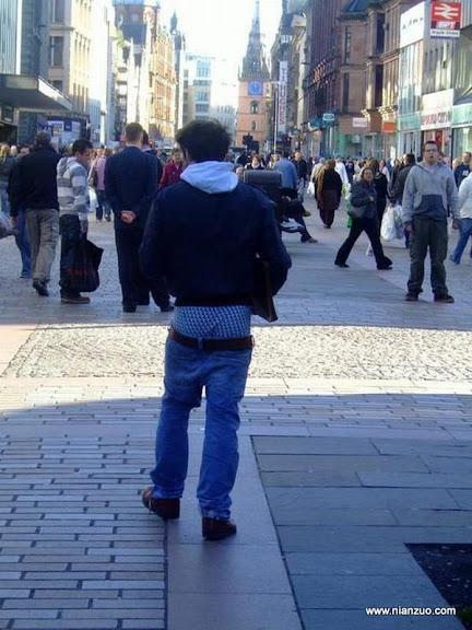 這是現在的時尚嗎? 沒提上褲子就逛街,很吸引眼球,步行街
