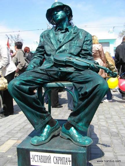 活雕塑大赛 拉小提琴的艺术家,小提琴