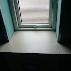 Vinduesplade belagt med fliser på toiletet