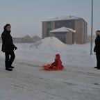 Silje på kælk i sneen med Farmor og Farfar