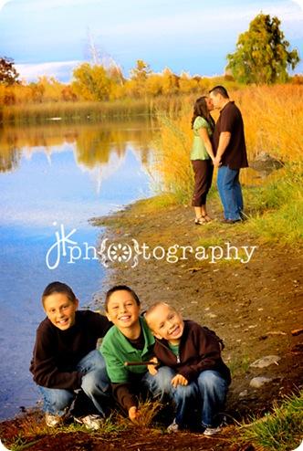 Family kiss-6047 weblogo