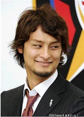 現役日本選手最高年俸で契約更改し、記者会見で笑顔を見せる日本ハムのダルビッシュ有投手=6日午後、札幌市内の球団事務所