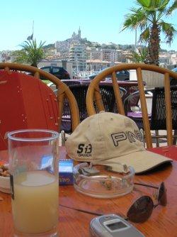 Un pastis sur le Vieux-Port de Marseille, la Bonne-Mère en ligne de mire : le rêve...!