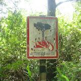 Brandgefahr im Regenwald! (Das Schild steht auch beim Vulkan ;o))) LOL