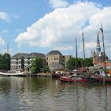 Ein alter Hafen mit vielen alten Segelschiffen